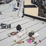 עבודת איטום של גג גדול